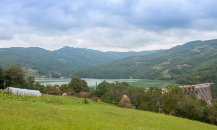 Plac- 8 ari – Perućac – pogled na jezero