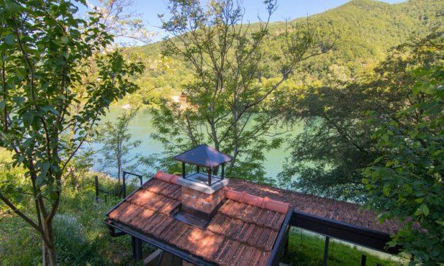 Na prodaju vikendica pored Drine – 5,5 km nizvodno od B.Bašte