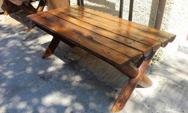 Na prodaju drvene garniture za sedenje