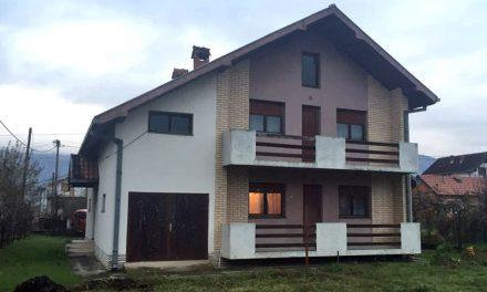 Na prodaju kuća sa dva stana po 70m2
