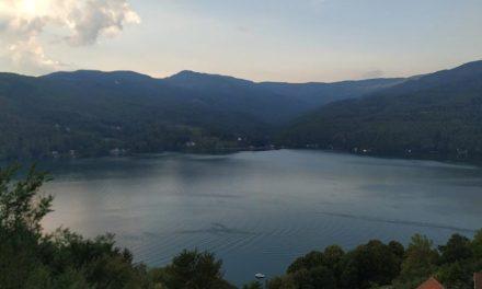 Prodajem plac u Perućcu sa pogledom na jezero