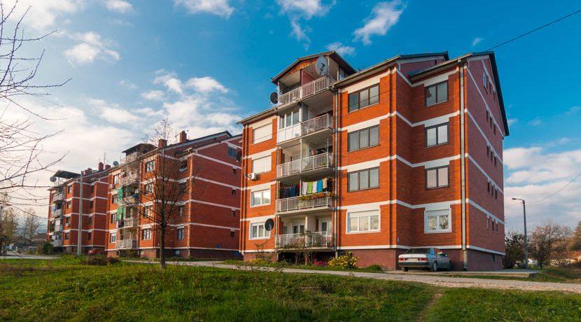 Na prodaju namešten stan ispod Obrazovnog centra u Bajinoj Bašti